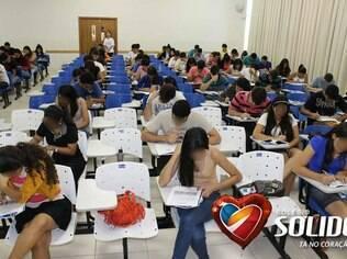 Cadeiras brancas são usadas por alunos que pagam a taxa