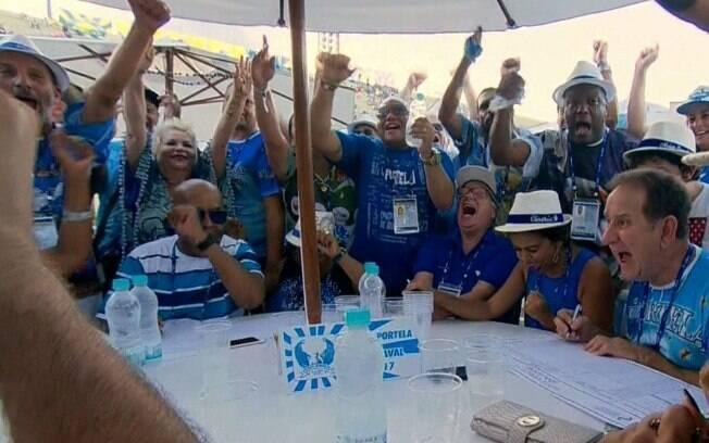 Comemoração da mesa diretora da Portela durante a apuração do desfile no Rio