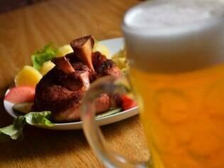 Tradicional joelho de porco acompanha chop de trigo e é servido com tempero moderado de pimenta pelo Café Viena