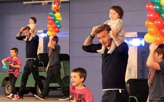 David Beckham comemora o aniversário de Cruz e carrega no ombro a caçula ,Harper Seven