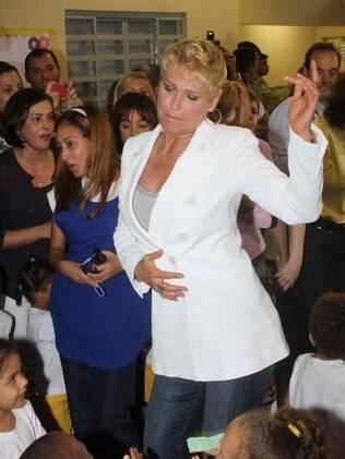 Xuxa dança entre as crianças da creche