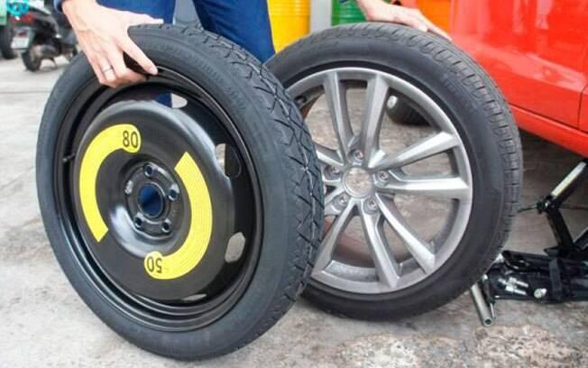 Estepe temporário é mais fino do que as rodas normais do carro e pode rodar a, no máximo, 80 km/h