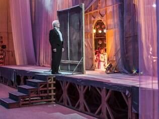 """Dedicação.  O artista Yuriy Dulumbaji espera bastidores a deixa para entrar em cena durante a apresentação de """"A Princesa Cigana"""""""