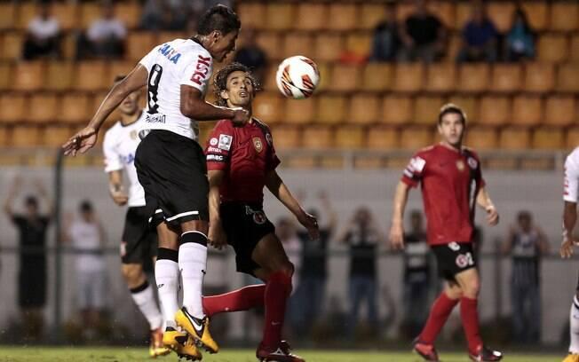 Paulinho cabeceia e fecha o placar para o  Corinthians diante do Tijuana