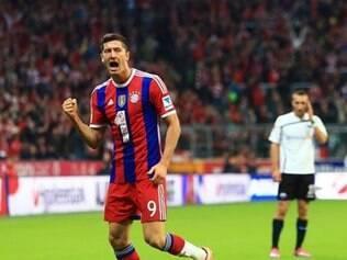 O atacante Lewandowski mandou um dos gols da vitória do Bayern, na Allianz Arena