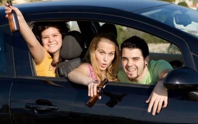 Lei irá proibir que pessoas embriagadas fiquem ao lado dos motoristas nos carros.