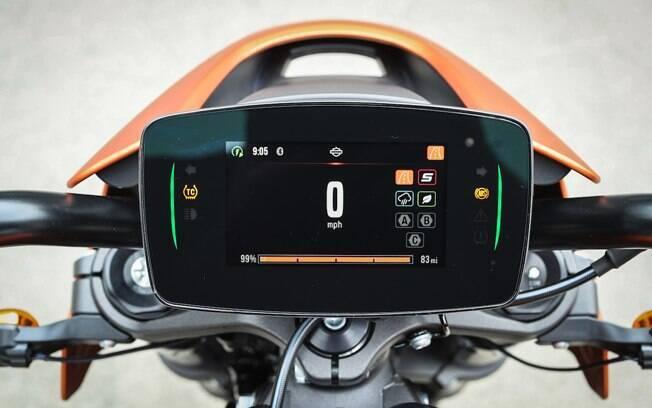 Há como escolher por sete modos de pilotagem pela tela sensível ao toque que pode ser conectada ao celular