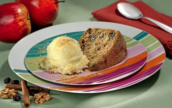 O bolo é uma ótima opção para o café da tarde; veja como fazer bolo de casca de maçã com biscoito