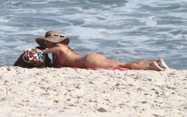 Christine Fernandes: corpo em forma em praia do Rio
