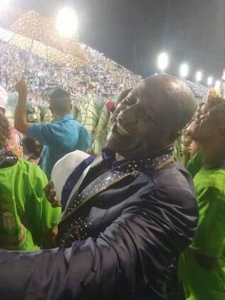 Aílton Graça marca presença no desfile da Manguera