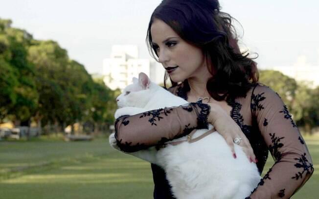 O primeiro gato de Paola foi um resgate que ela fez de um filhote machucado depois de uma gravação