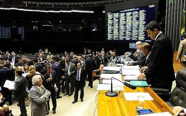 Deputados contrários ao pacote de mudanças nas regras da terceirização protestaram com réplicas da carteira de trabalho