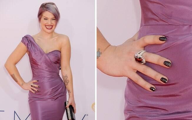No detalhe, as unhas de Kelly Osbourne pintadas com o valioso esmalte Azature