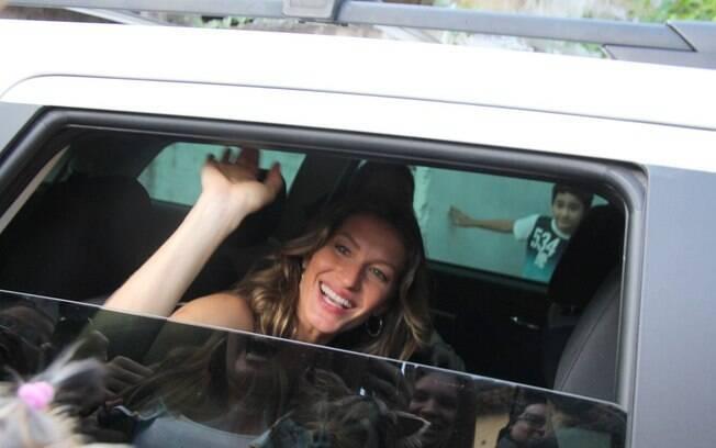 Gisele Bündchen acena para seus fãs de Belém