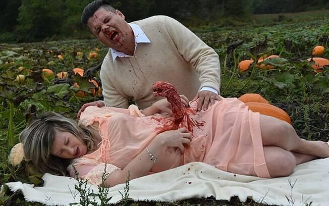 Ensaio fotográfico de gestante: casal se conheceu no Halloween e por isso escolheu tema para as fotos da gravidez