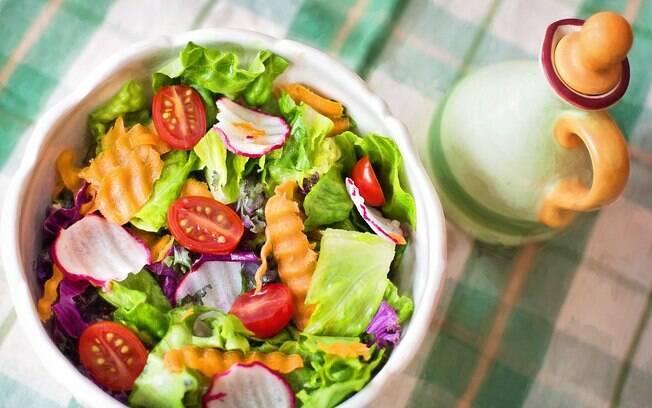 Frutas, legumes e folhas fazem parte de uma dieta ideal para promoção da saúde