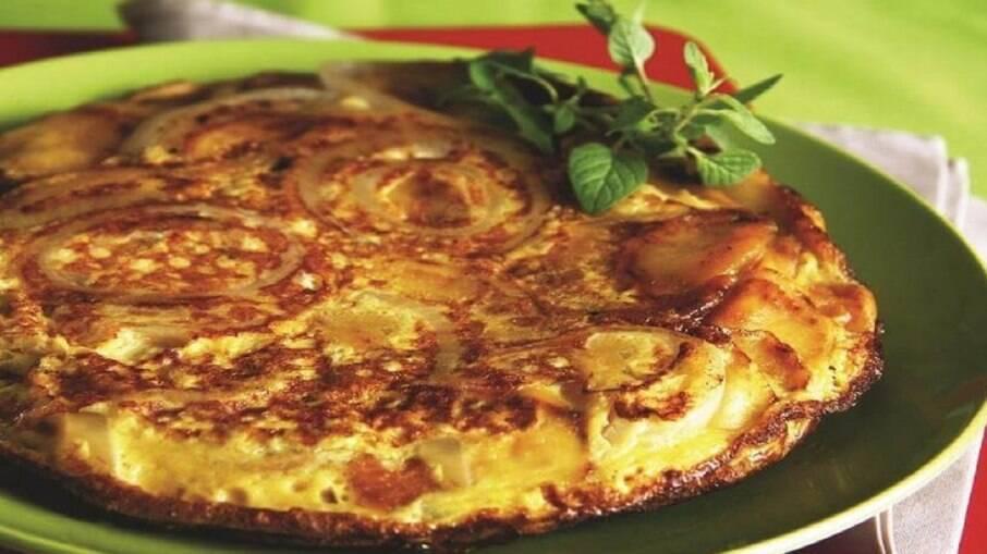Tortilha espanhola para servir com os acompanhamentos que preferir