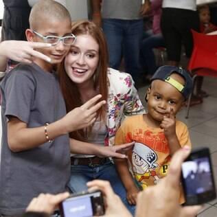 Marina Ruy Barbosa visita crianças que passam por tratamento de câncer