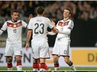 Jogadores comemoram gol de Müller, autor de dois terntos da goleada alemã nesta sexta-feira