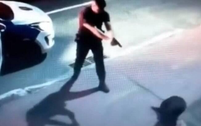 Oficial da Guarda Municipal é gravado atirando em cachorro no ES
