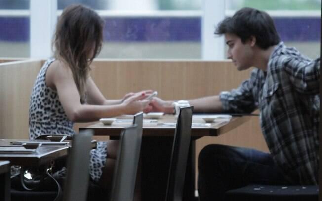Sthefany Brito jantou e trocou carinhos com o namorado em um restaurante japonês no shopping da Barra da Tijuca