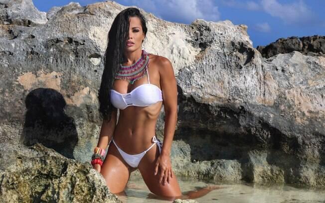 Fernanda D'avila curte dia de sol na praia