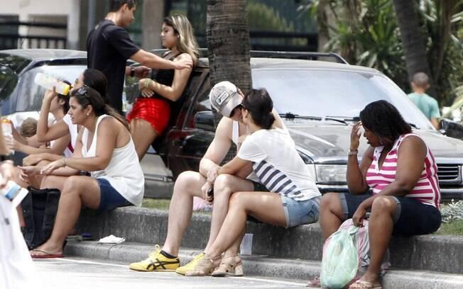 Geovanna Tominaga troca beijos com o namorado, Eduardo Duarte, na orla do Leblon, no Rio de Janeiro