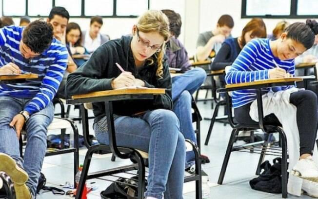 Estudantes fazendo Enade