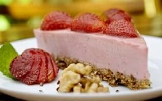 Cheesecake de morango com massa de granola
