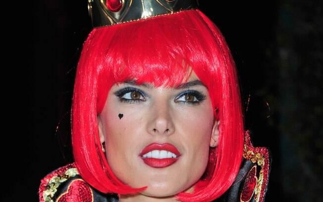 Alessandra Ambrosio vestida de Rainha de Copas