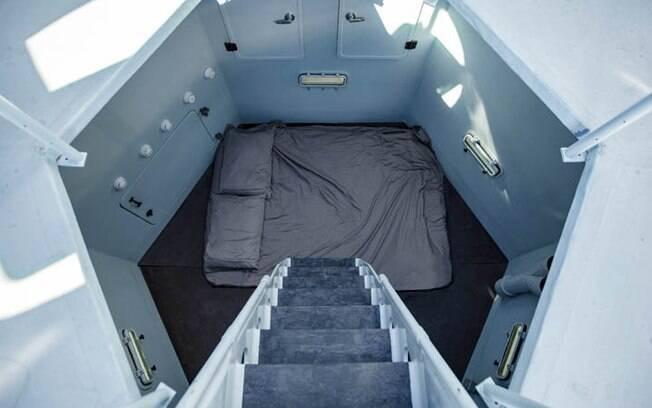 Para chegar ao quarto, é necessário descer um pequeno lance de escadas, já que ele fica em uma abertura no chão