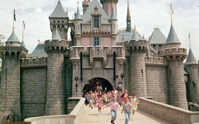 Crianças saindo do Castelo da Bela Adormecida