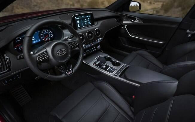 O painel do Kia Stinger GT incorpora diversos elementos de outros modelos da marca, como Sportage e Sorento