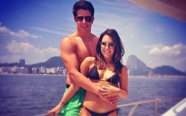 Enzo Celulari curte passeio de barco com a namorada Rafaella Rique
