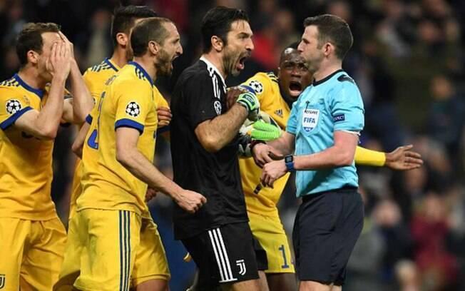 Buffon grita com Michael Oliver após marcação de pênalti e expulsão