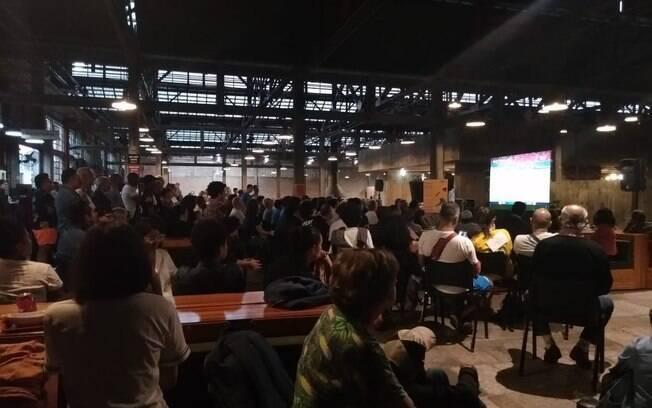 Torcida assiste a Brasil x Itália no Sesc Pompéia