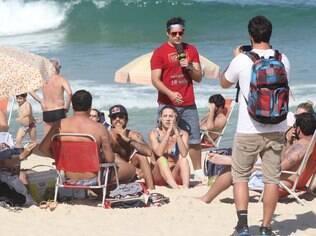 Luana Piovani é abordada na praia por humoristas do 'Pânico na Band'