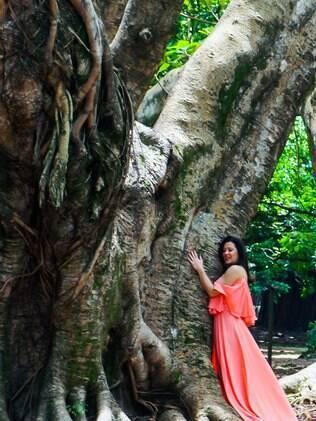 Claudia Raia abraça árvore em parque