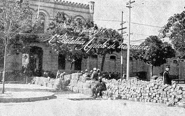 Guarnição de uma metralhadora pesada na trincheira revoltosa, em frente ao Quartel da Luz (Rota)