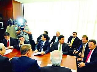 Mobilização. Liderada por Aécio Neves, oposição traçou estratégias para recolher assinaturas