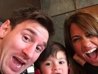 Messi mostra família feliz no dia do aniversário de sua mulher