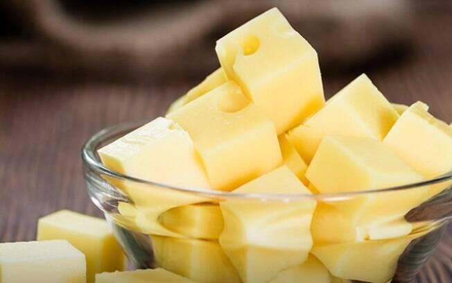 Nutricionista dá dicas de snacks saudáveis que combinam com os dias mais frios, como petiscos de queijo