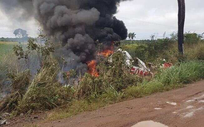 Avião chegou a bater em caminhão antes de cair e explodir