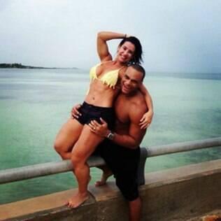 Tony Salles postou uma foto com Scheila no Instagram ao lado de uma explicação pública sobre o affair com Kamyla Simioni