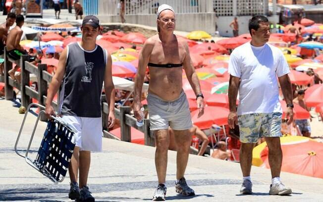 Três meses após cirurgia cardíaca, Gilberto Braga se exercita na orla da praia