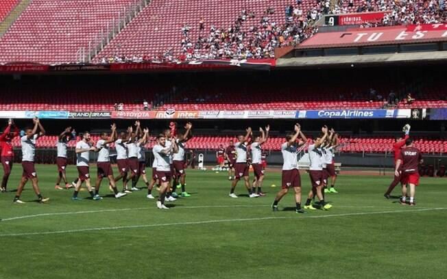 Jogadores do São Paulo agradecem apoio da torcida antes do clássico contra o Palmeiras