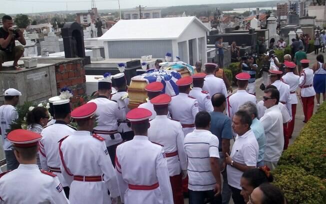 Aproximadamente 1500 pessoas, entre políticos, personalidades da cultura e populares participaram do enterro