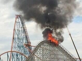 O brinquedo, com 38 metros de altura, pegou fogo nesta terça-feira (9), na Califórnia