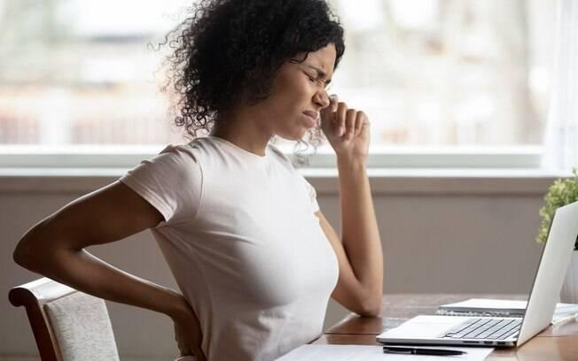 Como manter a postura da coluna durante o trabalho?