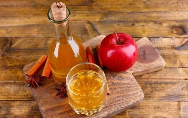 O vinagre de maçã pode ser utilizado de várias formas já que tem propriedades antibacterianas e tonifica a pele